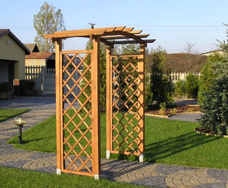 маленькая деревянная пергола арка